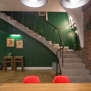 На фото: изогнутая лестница в современном стиле с бетонными ступенями и бетонными подступенками с