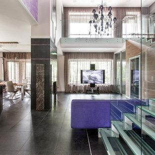 Пример оригинального дизайна: угловая лестница в современном стиле с стеклянными ступенями и стеклянными перилами без подступенок