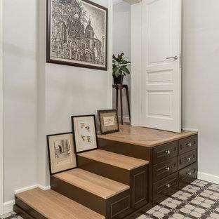 Идея дизайна: прямая лестница в стиле современная классика с деревянными ступенями и деревянными подступенками