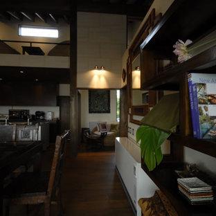 Esempio di un soggiorno etnico di medie dimensioni e stile loft con pareti bianche, pavimento in compensato, TV autoportante e pavimento marrone