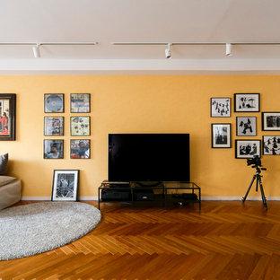 Diseño de salón vintage con parades naranjas, suelo de madera oscura y televisor independiente