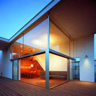 Idéer för ett mellanstort modernt allrum med öppen planlösning, med en hemmabar, vita väggar, mellanmörkt trägolv, en spiselkrans i gips, en fristående TV och brunt golv