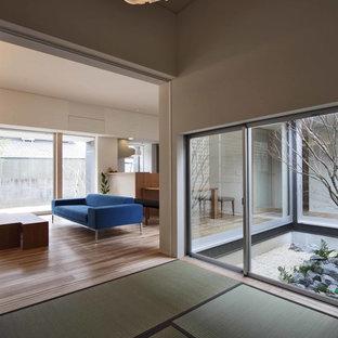 Imagen de salón abierto, minimalista, pequeño, con paredes blancas y tatami