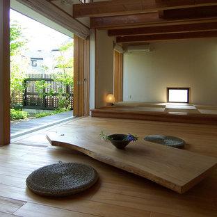 京都の和風のおしゃれなリビング (ベージュの壁、暖炉なし、茶色い床) の写真