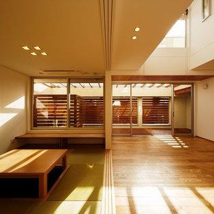 大阪の広い和風のおしゃれなLDK (白い壁、淡色無垢フローリング、コーナー型テレビ、ベージュの床) の写真