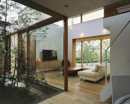 Idées déco pour un salon contemporain avec un mur blanc un sol en bois clair