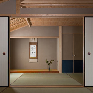 Inspiration for a world-inspired living room in Kyoto with tatami flooring.