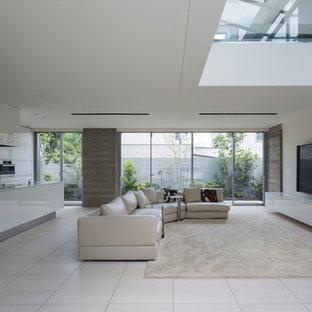 Foto di un grande soggiorno minimalista aperto con pareti bianche, pavimento in marmo, TV a parete e pavimento bianco