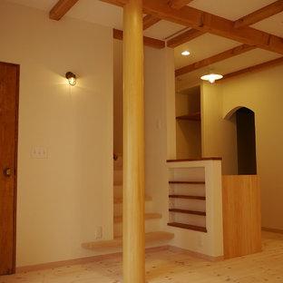 他の地域の中サイズのアジアンスタイルのおしゃれなLDK (フォーマル、白い壁、無垢フローリング、オレンジの床) の写真