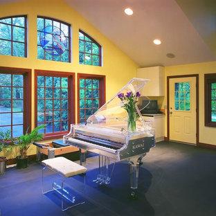 他の地域の大きいトランジショナルスタイルのおしゃれなLDK (ミュージックルーム、黄色い壁) の写真