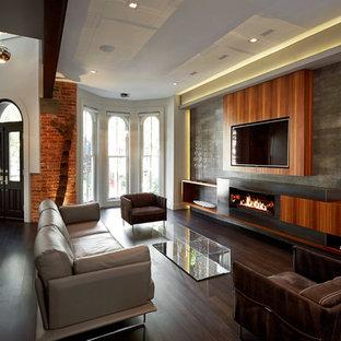 Стильный дизайн: открытая гостиная комната в современном стиле с белыми стенами, темным паркетным полом, горизонтальным камином, фасадом камина из металла и телевизором на стене - последний тренд