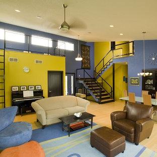 Immagine di un soggiorno classico di medie dimensioni e aperto con pareti multicolore e parquet chiaro