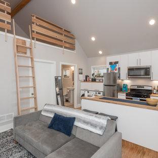 Foto di un piccolo soggiorno tradizionale stile loft con pavimento in bambù
