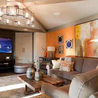 Réalisation d'un grand salon tradition ouvert avec un mur orange, un sol en carrelage de céramique et un téléviseur fixé au mur.