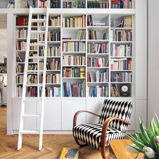 Modelo de biblioteca en casa cerrada, clásica, de tamaño medio, sin chimenea y televisor, con paredes grises y suelo de madera clara