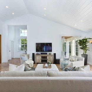 Esempio di un soggiorno chic di medie dimensioni e stile loft con pavimento in terracotta, nessun camino, TV a parete, pavimento rosso e pareti bianche