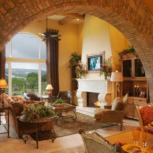 Imagen de salón mediterráneo, grande, con chimenea tradicional