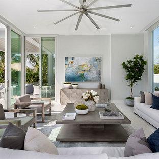 Esempio di un soggiorno stile marinaro di medie dimensioni e aperto con sala formale, pareti grigie, nessun camino, nessuna TV, pavimento in gres porcellanato e pavimento beige