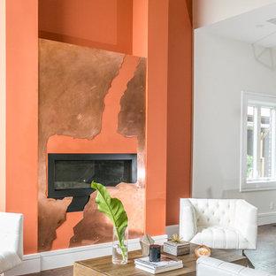 トロントの中サイズのコンテンポラリースタイルのおしゃれなLDK (オレンジの壁、濃色無垢フローリング、横長型暖炉、漆喰の暖炉まわり) の写真