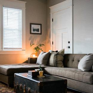 Bild på ett litet eklektiskt vardagsrum, med grå väggar, mörkt trägolv, en standard öppen spis, en spiselkrans i tegelsten och en väggmonterad TV