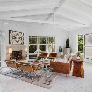 マイアミの中くらいのミッドセンチュリースタイルのおしゃれなLDK (フォーマル、白い壁、トラバーチンの床、標準型暖炉、漆喰の暖炉まわり、白い床) の写真