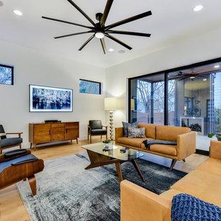 Idées déco pour un salon moderne avec un mur blanc, un sol en bois clair, un téléviseur fixé au mur et un sol beige.