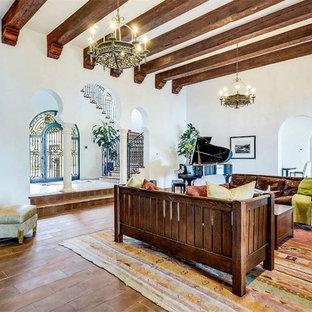 Idee per un grande soggiorno mediterraneo aperto con pareti bianche, pavimento in terracotta, camino classico e pavimento rosso