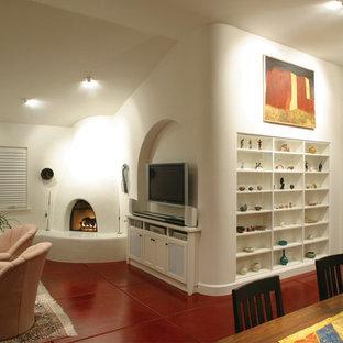 Mediterranes Wohnzimmer mit Betonboden, Eckkamin, weißer Wandfarbe und rotem Boden in Los Angeles