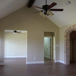 Esempio di un soggiorno stile rurale di medie dimensioni e aperto con pareti beige, pavimento in vinile, nessun camino e nessuna TV