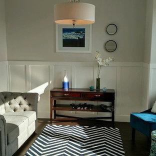 Foto di un soggiorno minimalista di medie dimensioni e chiuso con sala formale, pareti grigie, pavimento in vinile e TV a parete