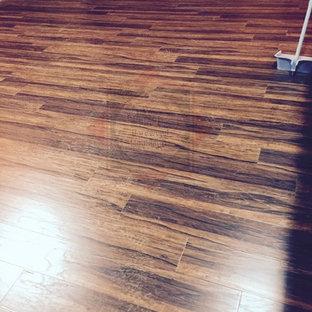 Esempio di un soggiorno tropicale con pavimento in legno massello medio
