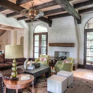 Ispirazione per un grande soggiorno mediterraneo chiuso con sala formale, pareti bianche, pavimento in pietra calcarea, nessun camino, TV a parete e pavimento beige