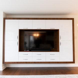 トロントの大きいコンテンポラリースタイルのおしゃれなLDK (フォーマル、白い壁、濃色無垢フローリング、木材の暖炉まわり、壁掛け型テレビ、白い床) の写真