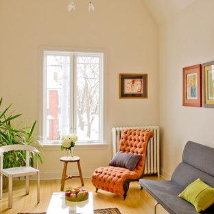 Ispirazione per un soggiorno vittoriano di medie dimensioni e aperto con pareti bianche e pavimento in bambù