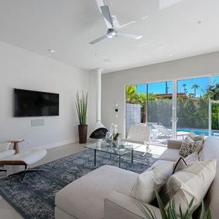 Modelo de salón abierto, retro, de tamaño medio, con paredes blancas, suelo de baldosas de cerámica, chimenea de esquina y televisor colgado en la pared