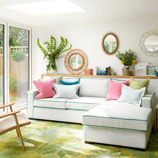 Modelo de salón para visitas abierto, clásico renovado, de tamaño medio, con paredes blancas y suelo de madera clara
