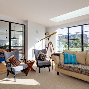 Esempio di un grande soggiorno classico chiuso con sala formale, pareti bianche, pavimento in legno massello medio e pavimento giallo