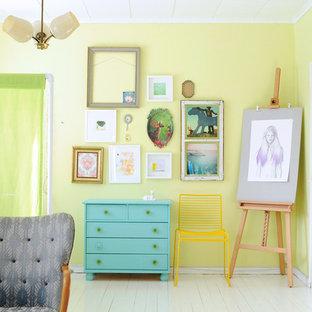 Idéer för ett modernt vardagsrum, med målat trägolv, gula väggar och vitt golv