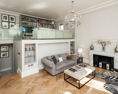 cette image montre un grand salon mansard ou avec mezzanine traditionnel avec une salle de rception - Maison Moderne Avecmezzanine