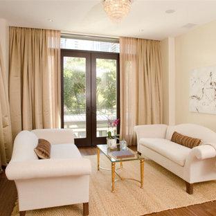 Foto di un piccolo soggiorno contemporaneo chiuso con pareti beige e pavimento in bambù