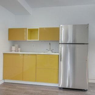 Esempio di un grande soggiorno design aperto con sala formale, pareti bianche, pavimento in vinile e TV a parete