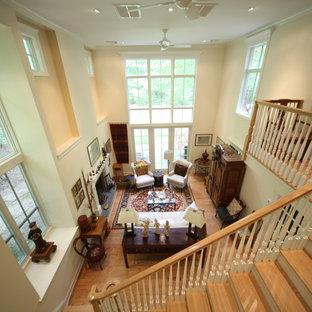 Aménagement d'un grand salon exotique avec un mur beige, un sol en bois clair et aucun téléviseur.