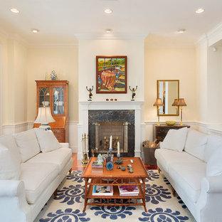 他の地域の中サイズのトロピカルスタイルのおしゃれなLDK (フォーマル、ベージュの壁、標準型暖炉、石材の暖炉まわり、無垢フローリング、テレビなし、茶色い床) の写真