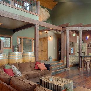 Ispirazione per un soggiorno stile rurale aperto con angolo bar, pareti verdi e parquet scuro