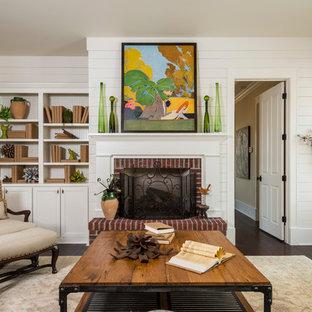 Idee per un soggiorno chic chiuso con camino classico, cornice del camino in mattoni e nessuna TV