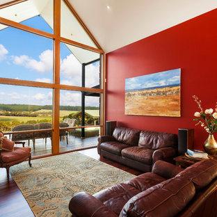 メルボルンのトラディショナルスタイルのおしゃれなLDK (フォーマル、赤い壁、無垢フローリング、茶色い床) の写真