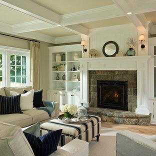 Modelo de salón clásico con paredes beige y marco de chimenea de piedra
