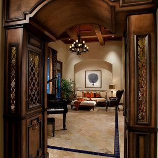 Foto di un grande soggiorno mediterraneo chiuso con sala formale, pareti beige e pavimento in marmo