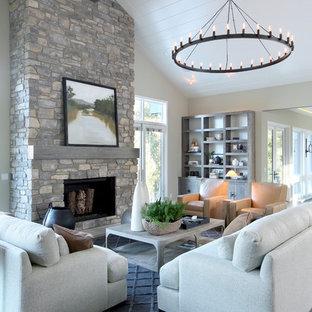 Idee per un grande soggiorno tradizionale aperto con pareti beige, pavimento in legno massello medio e cornice del camino in pietra