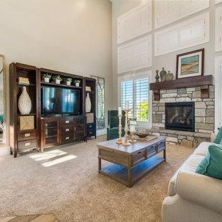 ソルトレイクシティの中サイズのおしゃれなリビング (グレーの壁、カーペット敷き、標準型暖炉、石材の暖炉まわり、据え置き型テレビ、茶色い床) の写真